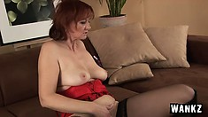 Wild mature bitch gets rough with her cunt to make herself cum