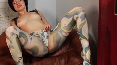 Luscious babe in color pantyhose Varya relishes the taste of her peach