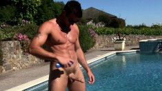 Sunbathing stud shows off his great body and makes himself cum hard